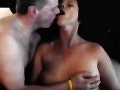 Vīrs noskūpsta sievu, jo draugs ir cumming viņas