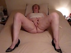 diemutin ibu Granny playing with Pussy
