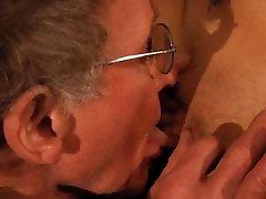 76 metų vyras grąžtai jauna brunetė aklas data