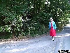 On je podiže i šiške 80 godina starija gospođa izvan