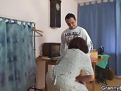 Šūšanas veca vecenīte bezdelīgas klientu&039;s gailis