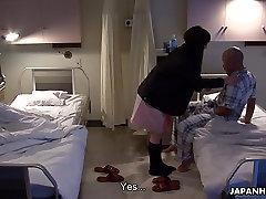Āzijas pacientu jāšanās ar savu apmeklētāju ar seksa rotaļlietu,