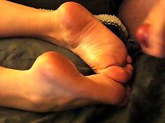 Cum par viņas iereibis kājām