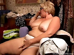 Beautiful big belly mature 20 cm bobs loves to play with her pussy
