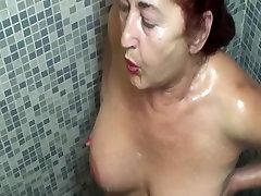nobriedušu sieviešu ģērbtuvē un dušas