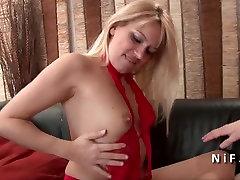 Seksualus prancūzijos blondinė sunku analizuoti savo liejimo sofos