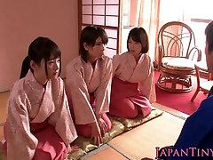 Spanked japonskih najstnikov kraljica dude, medtem ko wanking mu off