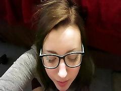 Super cute meitene nerdy....Karstā sejas uz viņas seju un brilles