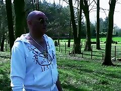 Senas vaikinas yra smashing jauna mergina savo sodo