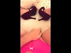 Rozā biksītes un augstpapēžu kurpes