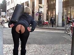 La mamá y el plug anal en publico