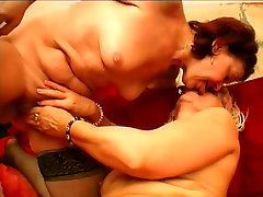 Lesbiečių grannies, bučiavosi ir prie pat viena kitos