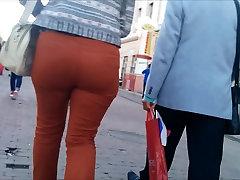 Veľký zadok shiny heels job v orange džínsy