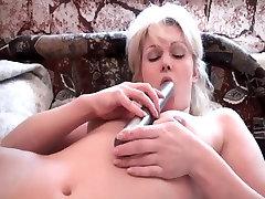 Zrelá žena, masturbuje s ňou dildo