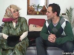 Vientuļš vecās vecmāmiņas, kas priecē jaunais puisis