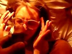 Nerd meitene ar brillēm, paņem BBC slodze uz viņas sejas