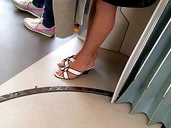 sexy kājām un kājām uz tramvaju