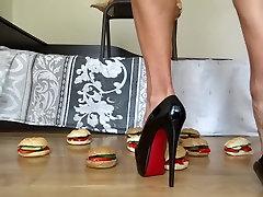 Drupināšanas hamburgerus ar manu augsta papēža sūkņi