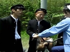 Japonų namų šeimininkė gangbang visur