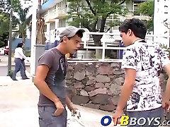 Kolm amatöör Esteban Armando ja Facundo võttes rühma sugu