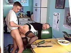 Noorte stud peksma kaks shemales dominate ass with heel daamid perse