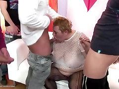 Ogromny babcia w Crazy siusiu sex grupowy z młodymi chłopcami