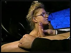 Kautrīga meitene ar brillēm izpaužas fucked