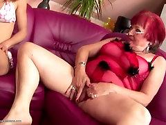 Owłosione dziewczyny sikają i seks mama i babcia