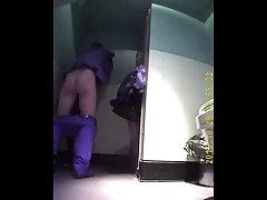 Slēpto kameru filmēti dzimuma pāriem uz tualeti