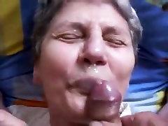 Oma auf die Lippen gespritzt