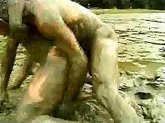 कीचड़ में कुश्ती