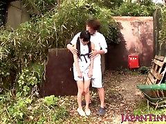 Maža Japonijos mergina fucked tarp kojų lauke