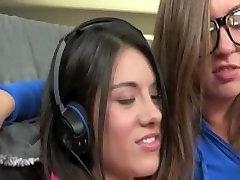 Lits Gamer Girl Lesbid Fingering mängides Playstation