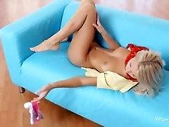 Una joven masturbándose एन एल सोफा, सोफा