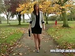 Seksīga brunete ar garām kājām nēsā augstpapēžu kurpes, lai padarītu jūsu fetišs sula cum