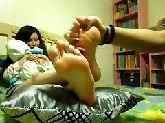 srčkan asian dobi tickled za njen prijatelj z dolgimi nohti