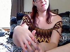 गलफुल्ला काले बालों वाली लड़की उसके पैर की उंगलियों