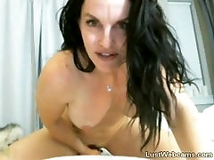 Busty free kilot yalama rides dildo on webcam