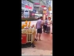 Azijskih ženska, ki se izloča gola na ulico