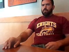 Hairy bratec javnih masturbacija