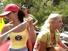 Jennifer Love Lucy Belle ir Vanessa Gali Naudoti Sekso žaisliukus ant Gumos Plaustas