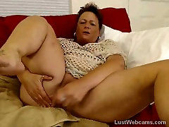 BBW laura leicester dildoing her pussy on cam