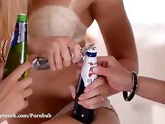 完璧な桃のストッキングがト-エリー後のビール