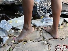 जेट सेटिंग चमेली में नंगे पांव बगीचे पीओवी पैर बुत