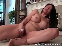 American seachfat puss lips April White works her old pussy with dildo
