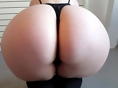 Hot tattooed goth jua vidio sits on her knees and shows her big juicy butt