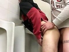 2 poisid kurat avalikud tualetid