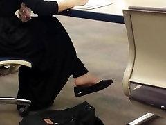 Arabų hijabj mergina, tiesus kojos Biblioteka
