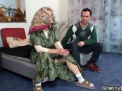 Karstā veco nobriedusi sieviete priecē jaunais puisis
