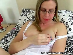 UK milf Sammie loves dildoing her anal valanteno pipi pussy